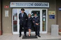 Zleva Petr Mičan, Ivana Jindrová, Jan Benda před transfuzním oddělením v Plzni.