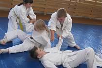 Při tréninku Alkampjitsu v Plzni se děti učí obraně, ale také férovému chování, spoustředění a trpělivosti