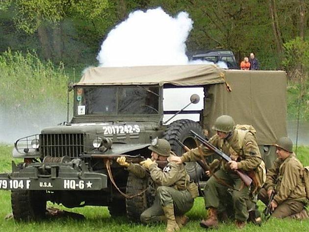 Bitva U. S. Army a Wehrmachtu, která se konala v severoplzeňských Nadrybech. Letos Plzeň o velkolepou bitvu přijde.