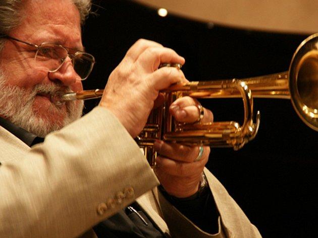 Legendární trumpetista Bobby Shew vede big band, který v pondělí 3. října zahraje v Měšťanské besedě původní program orchestru Buddyho Riche z roku 1966
