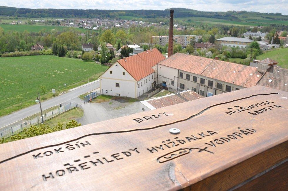 Výhled z vyhlídkové plošiny rozhledny.