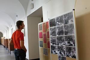 Daniel Bechný, ředitel Studijní a vědecké knihovny Plzeňského kraje, představuje výstavu, která připomíná popravené ve Spáleném lese u Klatov.