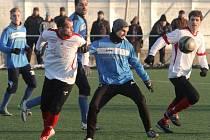 Tradiční zimní fotbalový turnaj odstartuje v plzeňské Doubravce 16. ledna. Snímek z minulého ročníku je z utkání mezi domácí Doubravkou (v tmavších dresech) a Dynamem ZČE Plzeň