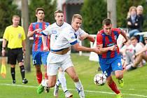Jen bod získali v domácím duelu se Zlínem dorostenci FC Viktorie Plzeň. Na snímku uniká obraně hostů střelec branky Viktorie Lukáš Matějka (uprostřed v červenomodrém dresu).