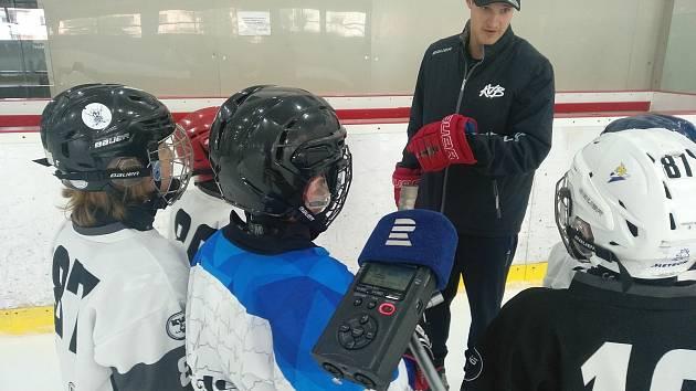 Dominik Kubalík radí na letním kempu malým hokejistům.