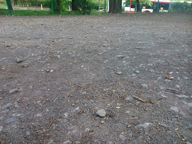 Kamenité hřiště děti příliš neláká, obvod plánuje úpravu