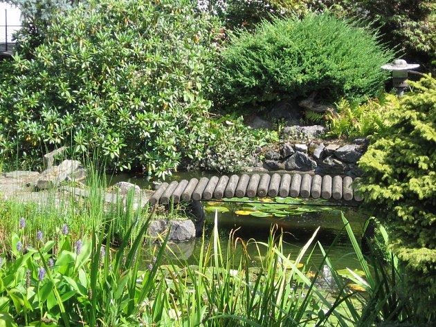 Zahradní jezírko, v němž se dvouletá dívenka topila