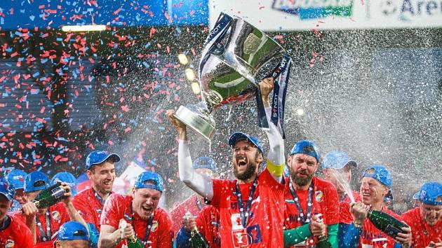 Šampioni! Fotbalisté FC Viktorie Plzeň získali pohár pro vítěze Synot ligy