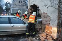 Auto probouralo zeď a narušilo statiku.