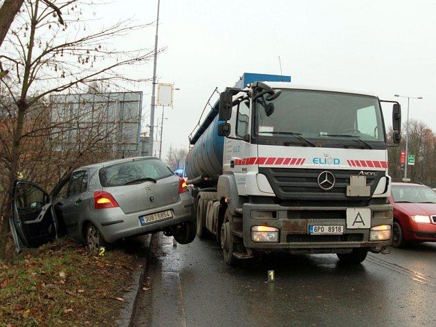 Nehoda kamionu a osobního auta v Tyršově ulici v Plzni