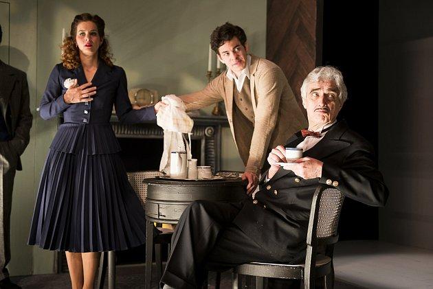 Na snímku ze zkoušek jsou zleva zachyceni Klára Krejsová (Mollie Ralstonová), Marek Adamczyk (Giles Ralston) a Pavel Pavlovský (Paravicini).