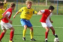 Jaromír Šimr ze Senco Doubravka (uprostřed ve žlutém dresu) bojuje s hráči soupeře v přípravném utkání s divizní Slavií Vejprnice.