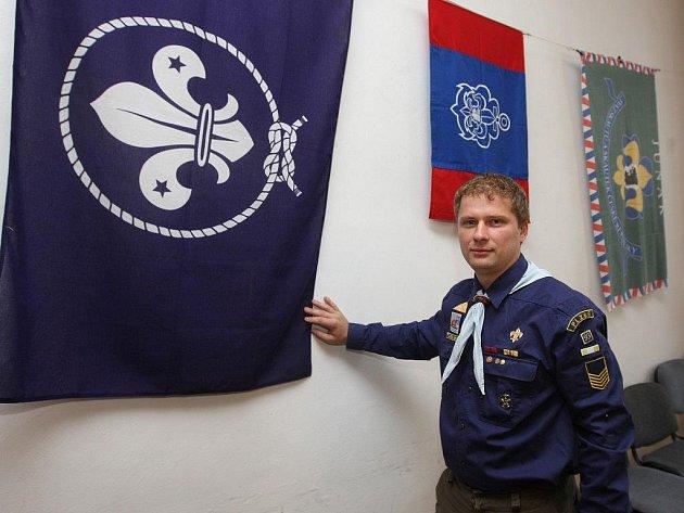 Michal Hoznedl ukazuje vlajky organizací vodního skautingu