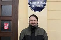 Místostarosta Jindřich Jindřich před městským úřadem. Město dokončuje vodovod v Číčově, investuje do protipovodňových opatření a chce rozšířit Dům s pečovatelskou službou