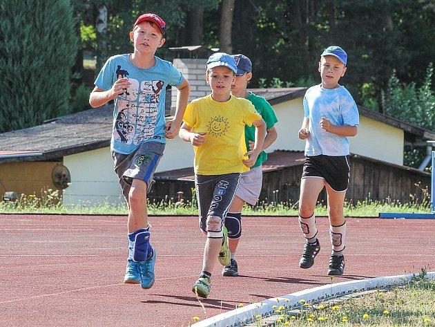 Běhání a posilování bylo náročné. Na snímku jsou mladší žáci při dopoledním rozběhání