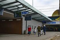 Šumavská ulice vedle hlavního vlakového nádraží a autobusového terminálu v Plzni se uzavře pro auta.
