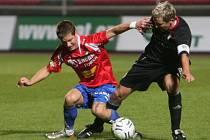 Luděk Stracený z Viktorie Žižkov (vpravo) a plzeňský Martin Fillo bojují o míč v pondělním utkání Gambrinus ligy. Oba byli nejlepšími hráči svých týmů