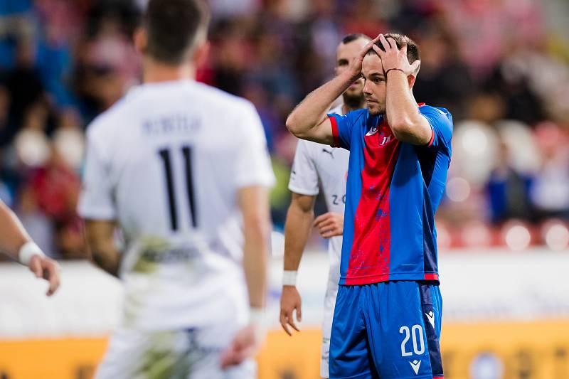 Pavel Bucha v ligovém utkání proti Slovácku po další zmařené šanci.