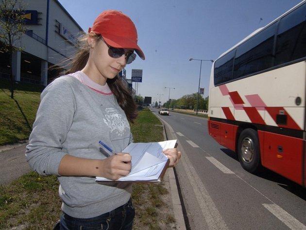 Zapisovatelka zaznamenává 26. dubna do záznamu další projetý vůz na Rokycanské třídě nedaleko nákupního centra