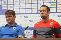 Plzeňský záložník Pavel Horváth (na snímku vpravo s trenérem Dušanem Uhrinem)  odpovídá na dotazy novinářů během tiskové konference před odvetou s Ploještí