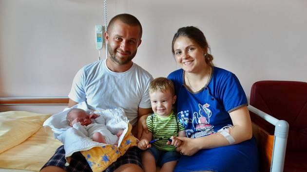 David Tkach se narodil 31. května v 1:55 mamince Adrianě a tatínkovi Ivanovi z Plzně. Po příchodu na svět v plzeňské fakultní nemocnici vážil bráška Mirona Ivona 3370 gramů a měřil 49 centimetrů.