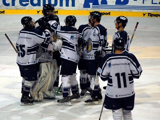 Extraligoví junioři hokejového Lasselsbergeru Plzeň se radují z vítězství