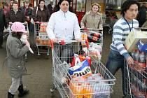 Za nákupy vyrazili lidé i do obchodního domu Kaufland v centru Plzně. Nakupovali zejména potraviny na štědrovečerní hostinu, elektroniku a hračky