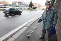 Stanislav Šrámek ukazuje jednu z patek od dopravních značek