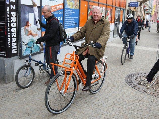 Projekt do Plzně přijel podpořit nizozemský velvyslanec Ed Hoeks. Na tiskovou konferenci v centru města dorazil z vlakového nádraží právě na bicyklu
