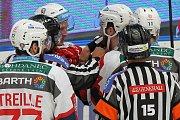 Hokejová extraliga: HC Škoda Plzeň (modrobílé dresy) x HC Dynamo Pardubice