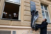 Pamětní desku připomínající cembalistku Zuzanu Růžičkovou odhalil na budově plzeňské konzervatoře primátor Martin Baxa