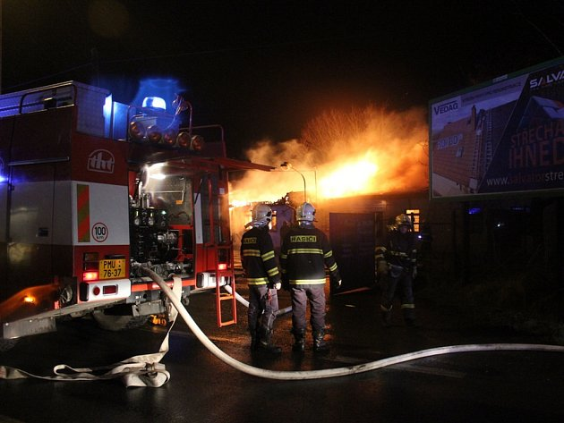 Požár servisu a prodejny čerpadel na Domažlické třídě v Plzni.
