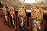 Příchozí v restauraci zaujaly židle s karikaturami státníků a podobiznou ředitele pivovaru