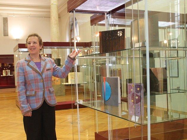 Hlavní organizátorka výstavy Prize Volumes Jeanette Koch při zahájení výstavy v Západočeském muzeu v Plzni