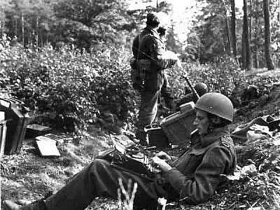 Američtí novináři pracují v zákopech u Arnhemu