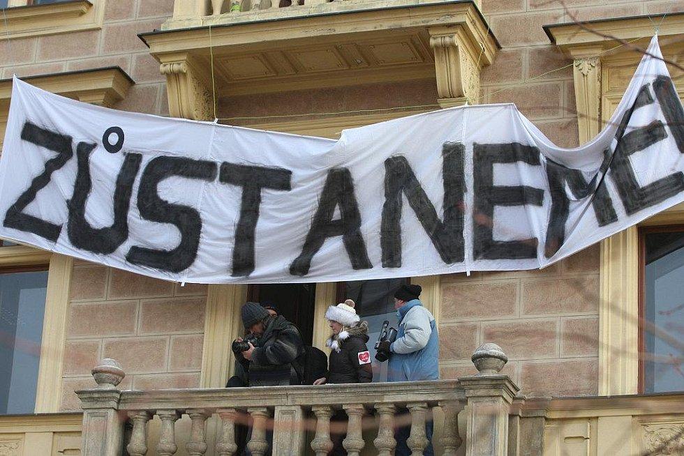Demonstrace studentů právnické fakulty před budovou v sadech Pětatřicátníků