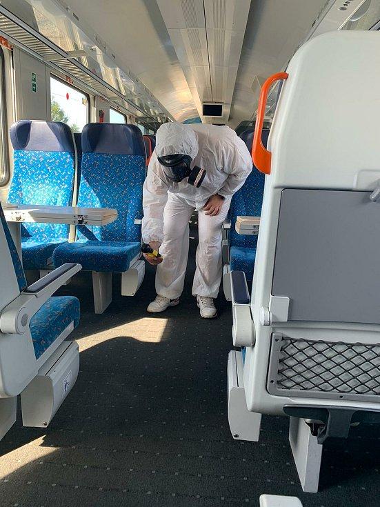 Důkladně dezinfikovány jsou vlaky i autobusy.