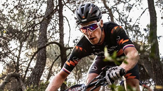 Český biker Martin Stošek na snímku z čtyřdenního etapového závodu VolCat BTT ve Španělsku.