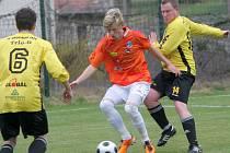 Fotbalisté Chotíkova (žluté dresy) se postarali o překvapení v 19. kole krajského přeboru, když doma přehráli druhý Chrást.