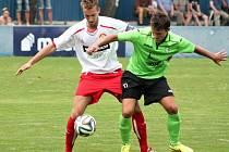 Fotbalisté Klatov (hráč vlevo) vyřadili ve druhém kole Poháru FAČR Baník Most 1:0.