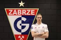 Slovenský fotbalista Roman Procházka pózuje v dresu polského Górniku Zabrze před znakem klubu.