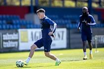 Fotbalisté Viktorie Plzeň už zase trénují společně. Na hřišti v Luční ulici je s míčem u nohy Pavel Bucha, s dostatečným odstupem za ním je Joel Kayamba.