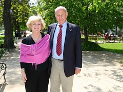 Vnuk generála Pattona George Patton Waters s manželkou v Plzni