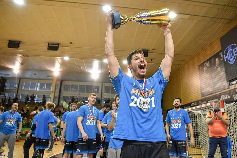 Tomáš Nejdl s mistrovským pohárem v play-off 2021.