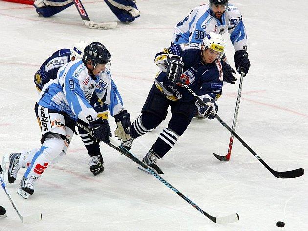 Plzeňští hokejisté (v modrém) si v pátečním přípravném utkání poradili s německým Straubingem a vyhráli 4:1.