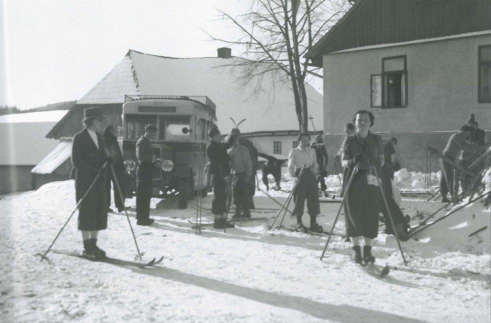 Lyžaři na Onom Světě během přípravy na výlet v březnu 1938 nemohli ani ve snu tušit, že  po německém záboru pohraničí v říjnu budou na další šumavské lyžování čekat dlouhých sedm let