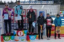 V souboji žen na 10 kilometrů klasicky se Kateřina Beroušková (první zprava) blýskla šestým místem a užila si slavnostní vyhlášení nejlepších závodnic