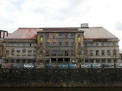 Městské lázně na Denisově nábřeží v Plzni mají nejlepší léta za sebou. Jejich stav je v současné době žalostný
