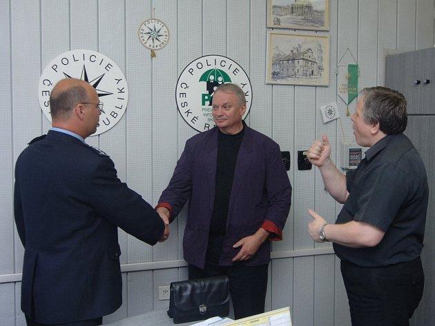 Z rukou plzeňského policejního ředitele Luboše Berky přebírá hluchoněmý Karel Korynta (uprostřed) diplom. Při předání pomáhal tlumočník do znakové řeči