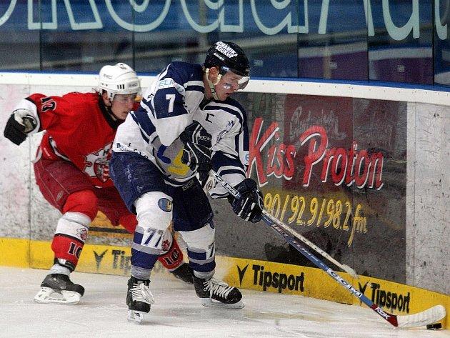 Kapitán juniorů Lasselsbergeru Jakub Kocman (s číslem 7) v souboji s Janem Planovským z Opavy.